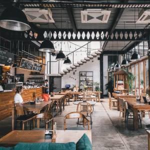 café restaurant aéré - grand espace - mobilier en bois