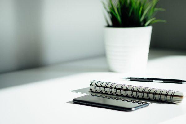 téléphone et cahier sur bureau